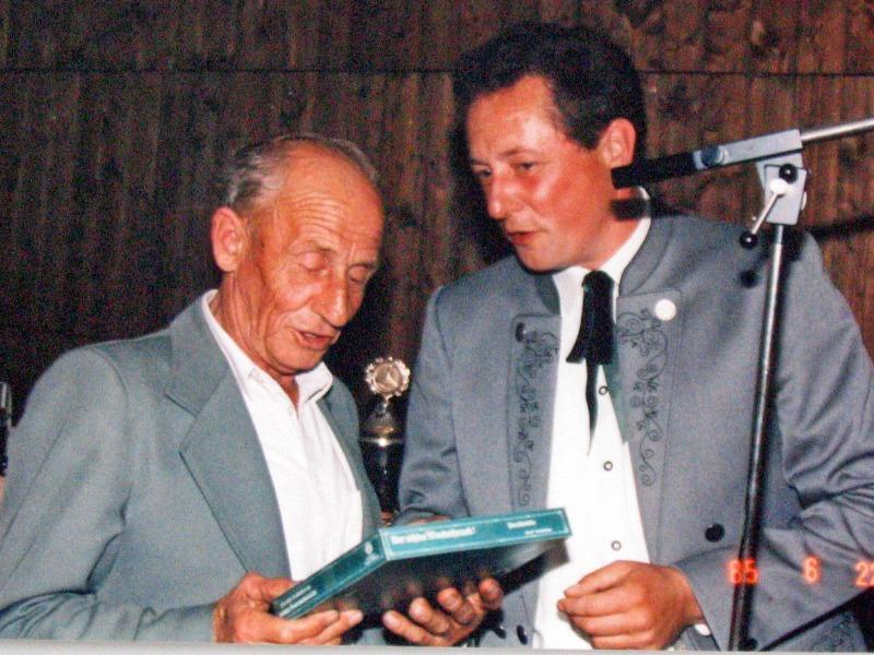 1985  06 22 Präsent an  Brugger Hans  1975 der letzte Bürgermeister des Ortes Zinnteller