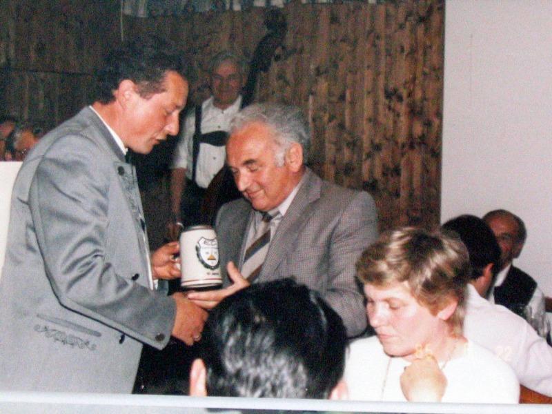 1985-06-22-Präsent-für-den-Schirmherrn-Bgm.Blessing