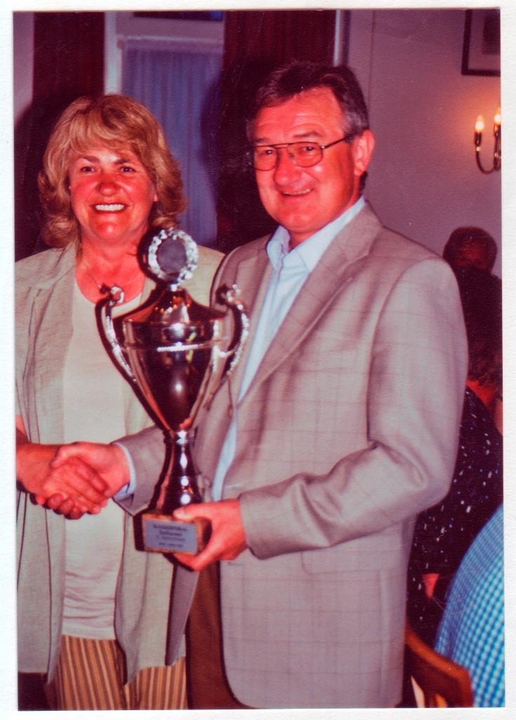2002-05-09-Bgm.-Hans-Lingel-übereicht-den-Dorfturnier-wanderpokal-1