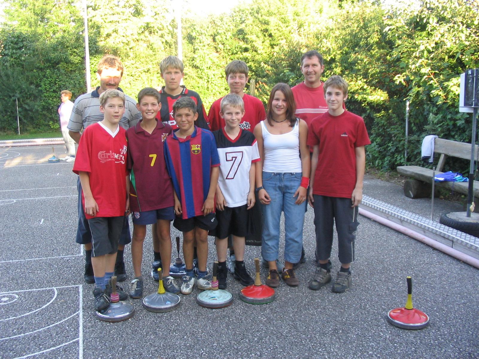 2005 08 23  die Jugend eröffnet die Festwoche  mit Betreuer